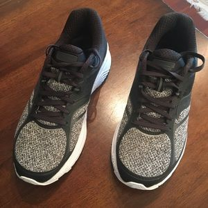 Saucony guide 10 black sneakers, size 10